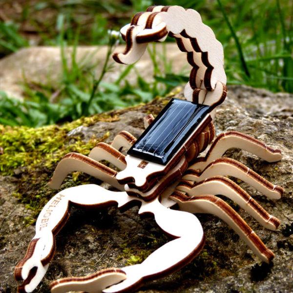 Scorpion Mini Sculpture Bois Jouet Solaire